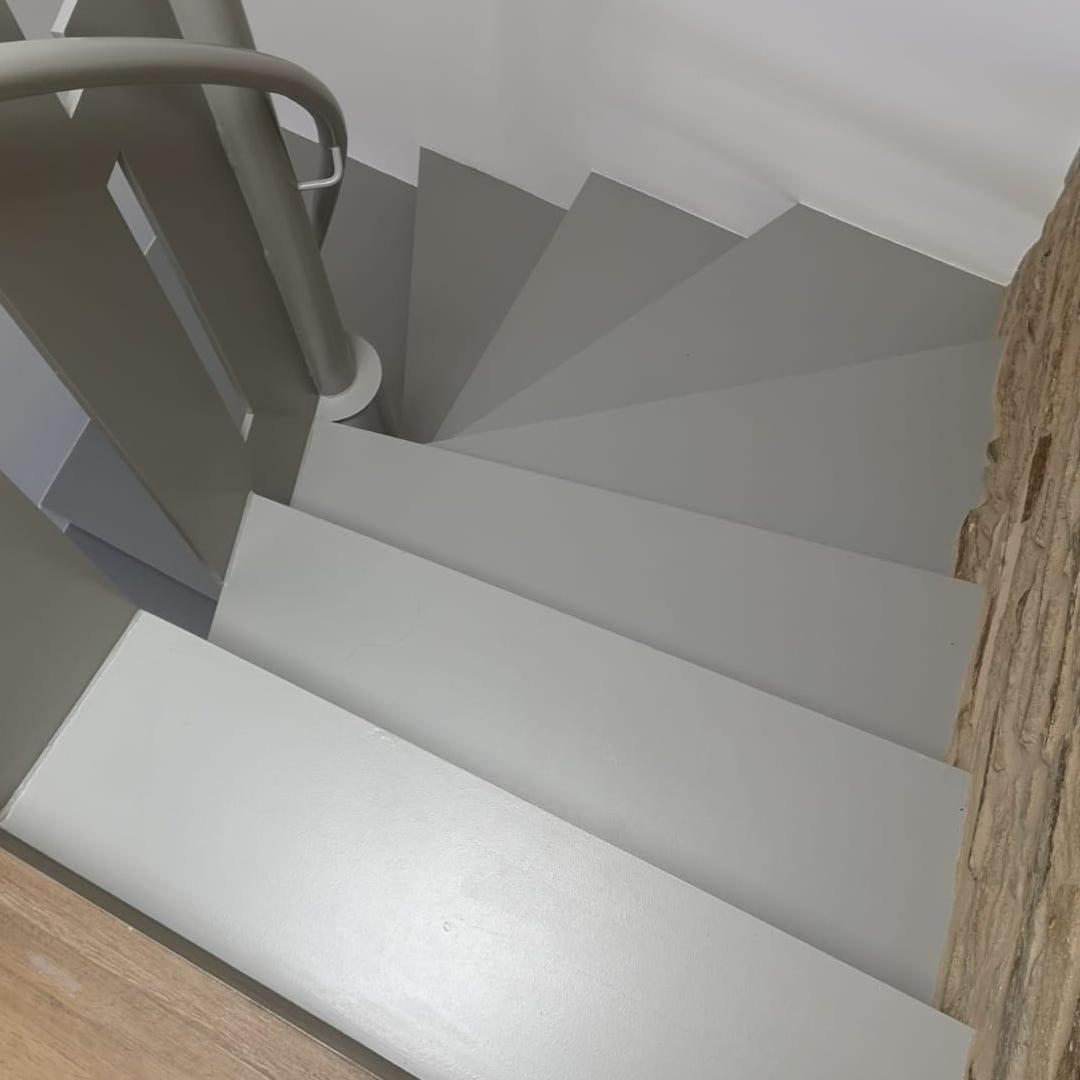 Fabricación e instalación de escalera suspendida en vivienda